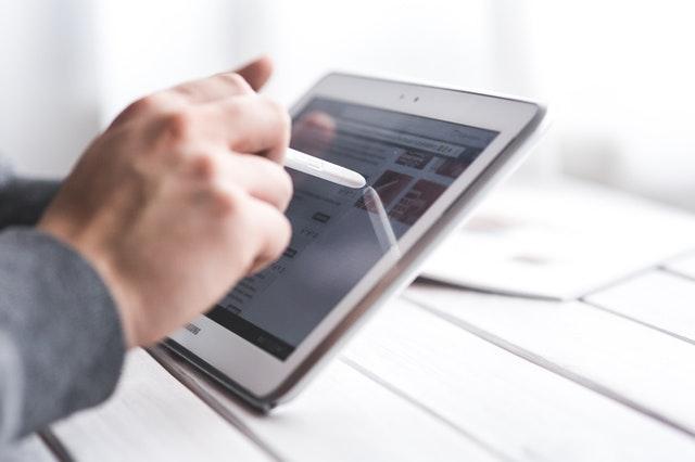 Photo d'une personne travaillant sur tablette