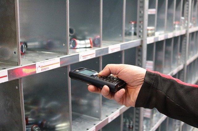 Photo d'une personne réalisant un inventaire